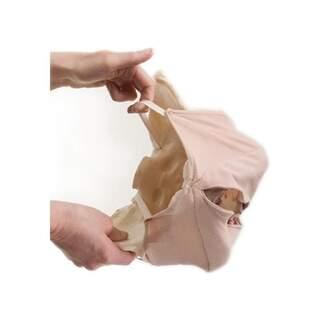 Praktisk modell av bäckenbotten i tyginriktad demonstration av utvidgningen av slidan vid födseln